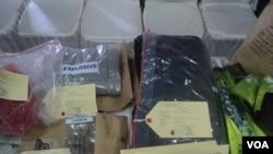 Barang bukti diantaranya sekantong bahan peledak yang disita polisi di Solo, Jawa Tengah, dari pelaku bom bunuh diri. (VOA/Yudha Satriawan)