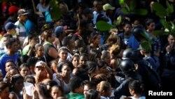 베네수엘라 발렌시아의 경찰서 유치장에서 28일 폭동이 발생했다는 소식을 접한 재소자 가족들이 유치장 앞으로 몰려오자 경찰이 해산시키고 있다.