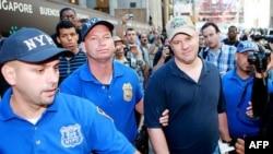 Derek Fenton u pratnji policije grada Njujorka