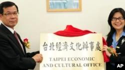 2012年5月21日,台灣陸委會主委賴幸媛(右)為駐澳門辦事處揭牌。(美聯社照片)