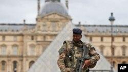 Vojnik ispred muzeja Luvr u Parizu, 17. novembar 2015.