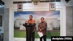Menko Perekonomian Darmin Nasution (tengah) mengumumkan Paket Ekonomi 8 di kantor Presiden RI di Jakarta, Senin 21 Desember 2015 (Foto: VOA/Andylala)