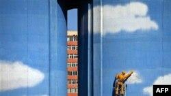 Bầu trời xanh và đám mây trắng được sơn bên ngoài một tòa nhà của nhà máy điện ở Bắc Kinh
