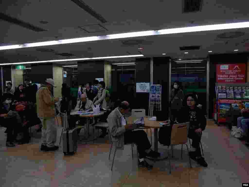 旅客在一間日本旅行社接待處等待出團。(美國之音湯惠芸攝)