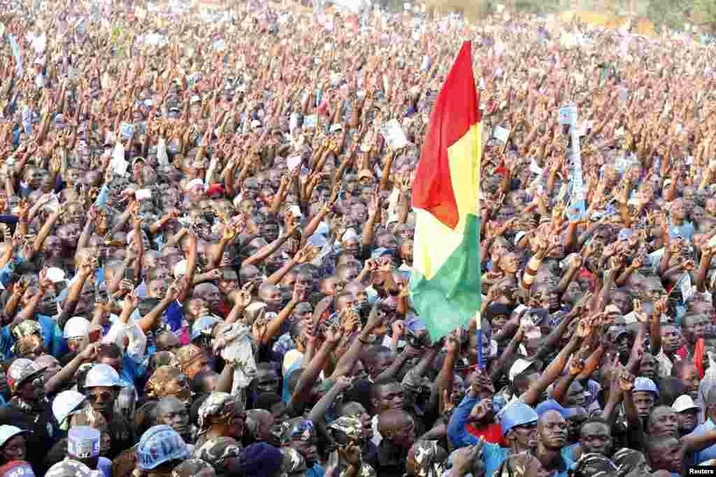 Những người ủng hộ ứng cử viên tổng thống đối lập hàng đầu của Uganda, Kizza Besigye, của đảng Diễn đàn Thay đổi Dân chủ tụ tập ở thành phố công nghiệp Jinja, miền đông Uganda.