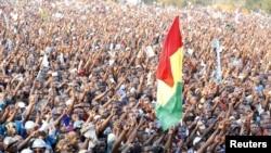 Para pendukung kandidat presiden dari partai oposisi Uganda (FDC), Kizza Besigy membawa bendera mereka dakan kampanye di kota industri Jinja, Uganda (12/2).