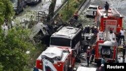 Các chuyên gia pháp y và lính cứu hỏa đứng bên cạnh một chiếc xe buýt của cảnh sát Thổ Nhĩ Kỳ bị nhắm mục tiêu đánh bom ở trung tâm thủ đô Istanbul, ngày 7/6/2016.
