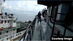 Insiden saat Kapal Vietnam KN 213 (kiri) sengaja menabrak Kapal TNI AL KRI Tjiptadi 381 di Laut Natuna Utara, Sabtu 27/4. (Courtesy: Screenshot Video Naufal Firdaus Nurdiansyah)