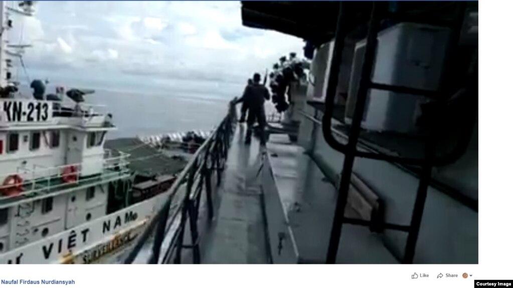 """Ảnh chụp từ video ghi lại cảnh """"va chạm"""" giữa tàu kiểm ngư Việt Nam và tàu chiến Indonesia ngày 27/4/2019."""