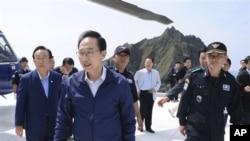 """南韓總統李明博(中)星期五到達南韓稱為""""獨島""""﹑日本稱為""""竹島""""的島嶼訪問"""