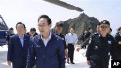 Presiden Korea Selatan Lee Myung-bak (tengah) melakukan kunjungan ke kepulauan Dokdo, yang juga diklaim oleh Jepang, hari Jumat (10/8).