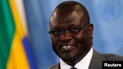 South Sudan's Vice President Riek Machar speaks to reporters at the U.N. (2011 file photo)
