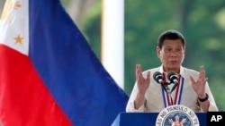 2016年8月29日,菲律賓總統杜特爾特在馬尼拉東南郊英雄墓園出席英雄節獻花活動並講話。