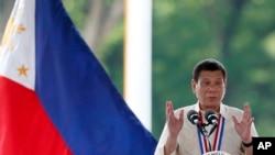菲律宾总统杜特尔特在马尼拉东南郊英雄墓园出席英雄节献花活动并讲话(2016年8月29日)