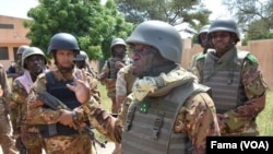 Le ministre de la défense, Ibrahim Dahirou Dembélé, parle aux soldats à Boulkessy, le 7 octobre 2019. (VOA/FAMA)