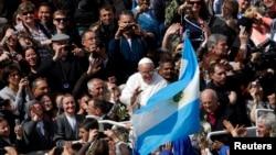 El papa Francisco ofrece primeras señales de lo que se espera sea una relación muy cercana con América Latina.
