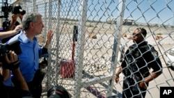 El alcalde de la ciudad de Nueva York, Bill de Blasio, izquierda, solicita entrada de una instalación de detención para niños inmigrantes en Tornillo, Texas, cerca de la frontera con México, el jueves 21 de junio de 2018.