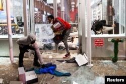 Protesters loot a store after marching against the death in Minneapolis police custody of George Floyd, in New York City, U.S., June 1, 2020. (REUTERS/Eduardo Munoz)