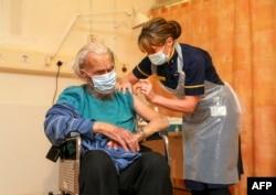 一位88歲的女士在英格蘭西南部的牛津丘吉爾醫院接受牛津大學/阿斯利康新冠病毒疫苗注射。(2021年1月4日)