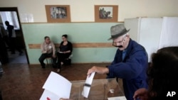 An elderly Bulgarian casts his ballot for parliamentary elections in Sofia, May 12, 2013.