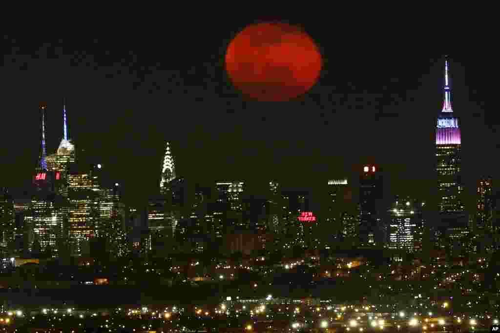 Nyu-Yorkda keçən gecə ay belə görünüb