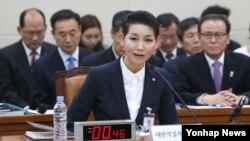 김성주 대한적십자사 총재가 27일 국회에서 열린 한국 국회 보건복지위원회 국정감사에서 의원의 질의에 답하고 있다. 김성주 총재는 국정감사에 출석해 북한으로부터 에볼라 바이러스 차단 등 예방의약품 지원을 요청 받았다는 취지의 발언을 했다.