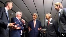 이란 핵 협상이 타결된 지난 14일 로랑 파비우스 프랑스 외무장관(오른쪽 두번째) 존 케리 미 국무장관(가운데) 등 각 국 대표들이 오스트리아 빈의 유엔 건물에서 대화를 나누고 있다. (자료사진)