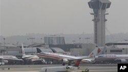 2013年4月22日,一架美国航空公司的客机从洛杉矶国际机场起飞。这是空管人员被迫休无薪假的第一天,洛杉矶国际机场航班普遍延误。