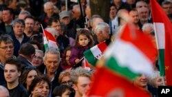 Partidarios asisten al acto electoral de cierre de campaña del primer ministro Viktor Orban en Szekesfehervar, Hungría, el viernes, 6 de abril, de 2018.