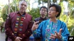 Giám đốc điều hành Ngân hàng Thế Giới Sri Mulyani Indrawati (phải) trò chuyện cùng bộ trưởng tài chính Australia tại cuộc họp các bộ trưởng APEC ở Bali, Indonesia, ngày 19 tháng 9, 2013