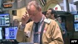 Radnik na berzi u Njujorku zabrinuto gleda u najnoviji izveštaj o nezaposlenosti