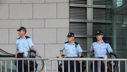 香港学界抗议者包围警察总部