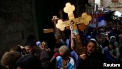 Wakristo wakibeba misalaba katika njia ya Dolorosa siku ya Ijumaa Kuu mjini Jerusalem. Aprili18, 2014