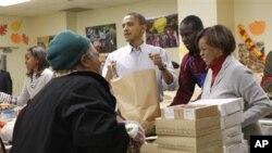 무료급식소에서 가난한 주민들에게 식품을 담아주는 오바마 대통령