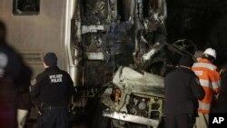 Para petugas di lokasi tabrakan kereta api penumpang dan mobil di Valhalla, New York (3/2). (AP/Seth Wenig)