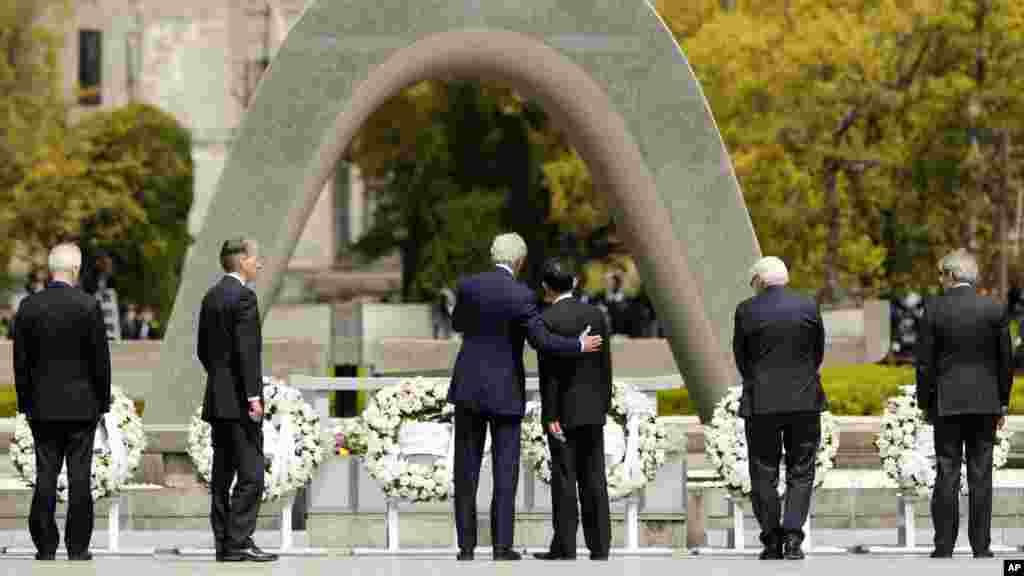 دیدار تاریخی جان کری از بنای یادبود قربانیان بمباران اتمی هیروشیمای ژاپن جان کری، وزیر خارجه ایالات متحده آمریکا، بلندپایه ترین مقام آمریکایی است که در ژاپن، از بنای یادبود قربانیان بمباران اتمی هیروشیما دیدار کرده است. جان کری بعد از دیدار از این بنای یادبود و موزه قربانیان هیروشیما، در حالیکه کاملا متاثر بود، گفت من فکر می کنم همه از جمله پرزیدنت اوباما باید هیروشیما را ببینند. وزیر خارجه آمریکا گفت شدیدا متاثر شده و رهبران جهان هنگام تصمیم گیریهایشان باید همیشه این طور حوادث را در خاطر داشته باشند.
