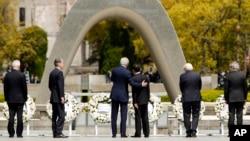 جان کری به همراه وزرای خارجه شش کشور بزرگ صنعتی در بنای یادبود قربانیان حمله اتمی آمریکا به هیروشیما حضور یافت.