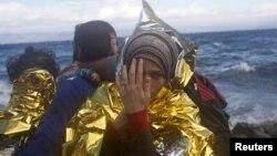터키에서 소형보트를 타고 에게 해를 건넌 시리아 난민들이 30일 그리스 레스보스 섬에 도착했다.