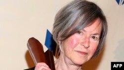 រូបឯកសារ៖ លោកស្រី Louise Glück កវីជាតិអាមេរិកាំង ចូលរួមពិធីប្រគល់ពានរង្វាន់ National Book Awards នៅទីក្រុងញូវយ៉ក សហរដ្ឋអាមេរិក កាលពីថ្ងៃទី១៩ ខែវិច្ឆិកា ឆ្នាំ២០២០។