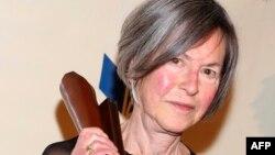 ၂၀၂၀ ျပည့္ႏွစ္ စာေပဆိုင္ရာႏိုဘယ္ဆုရွင္ အေမရိကန္ကဗ်ာဆရာ Louise Gluck။ (ႏို၀င္ဘာ ၁၉၊ ၂၀၁၄)