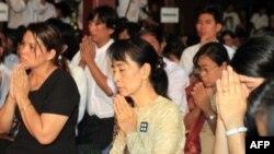 Bà Aung San Suu Kyi và các thành viên của Đảng Dân chủ (NLD) trong buổi lễ vinh danh các nạn nhân cuộc nổi dậy bất thành chống nhà cầm quyền quân đội hồi năm 1988 tại một tu viện ở ngoại ô Yangon, ngày 8/8/2011
