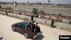 Anggota pasukan keamanan Hamas berpatroli dengan menggunakan mobil bak terbuka di wilayah perbatasan Gaza dan Mesir di selatan Jalur Gaza, 20 Mei 2013 (Foto: dok).