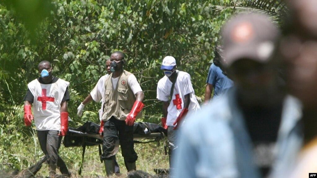 Des sauveteurs de la Croix-Rouge camerounaise dans la forêt de Mbanga Pongo, près de Douala, le 07 mai 2007.