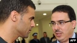 Taoufiq Bouachrine, à droite, directeur du journal marocain Akhbar Al-Yaoum, à Casablanca, le 23 octobre 2009.