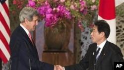 14일 기시다 일본 외상과 공동 기자회견에서 악수하고 있는 케리 미 국무장관(왼쪽)