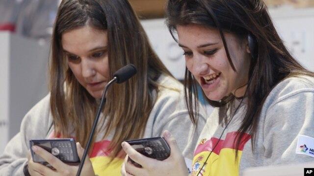 Dos chicas españolas participan en una competencia mundial de texteo, en Nueva York. Este lunes se cumplen 20 años del primer texto enviado a un teléfono celular.