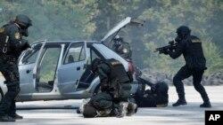 보스니아 경찰 대테러 부대가 지난 9일 사라예보 인근에서 실전 대비 훈련을 진행하고 있다. (자료사진)