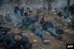 Para mingran duduk dekat perbatasan Turki-Yunani di Pazarkule, distrik Edime, 29 Februari 2020. (Foto: AFP)