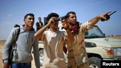 Arhiva - Libijski borci posmatraju pozicije Islamse države u blizini Sirta u Libiji, mart 2015.