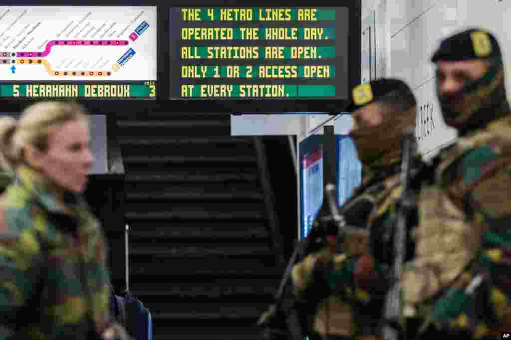 برسلز کے ایئرپورٹ کو بھی جزوی طور پر کھول دیا گیا ہے جسے خود کش حملہ آوروں نے میٹرو اسٹیشن پر حملے سے ایک گھنٹہ قبل حملے کا نشانہ بنایا تھا۔